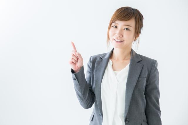 右手人差し指を立てて教えるそぶりを見せる女性