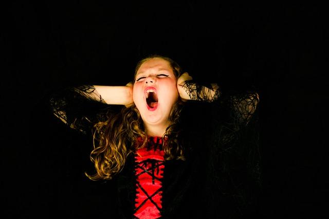ストレスで悩み耳を塞いでいる女性